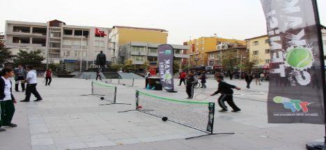 Aksaray Hükümet Meydanında Sokak Tenisi Keyfi