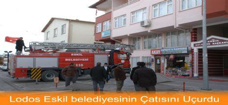 Şiddetli Lodos Eskil belediyesinin Çatısını Uçurdu