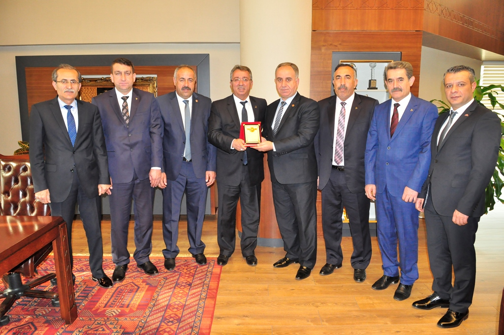 MHP Karatay İlçe Teşkilatı Başkan Hançerli'ye Plaket Takdim Etti